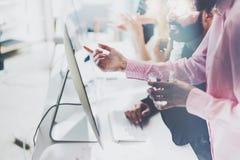 Coworking drużyna Początkowego kierownik pracy procesu nowy projekt Fotografii młoda biznesowa kobieta pokazuje prezentacja dokum Fotografia Stock