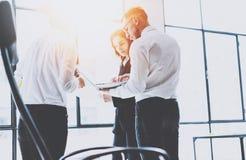 Coworking drużyny spotkanie Grupa businessmans pracuje z nowym początkowym projektem w nowożytnym biurze Współczesny laptop wewną zdjęcie royalty free