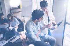 Coworking drużyny spotkanie Grupa dwa businessmans pracuje z nowym wykonuje ręcznie początkowym projektem w nowożytnym biurze Dot fotografia stock