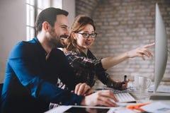 Coworking e colegas incorporados que trabalham no escritório Fotografia de Stock Royalty Free