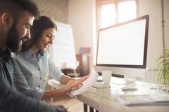 Coworking e colegas incorporados que trabalham no escritório Imagens de Stock Royalty Free