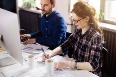 Coworking e colegas incorporados que trabalham no escritório Fotos de Stock