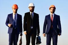 Coworking e conceito da indústria da construção Trabalhadores e reunião da posse do coordenador fotografia de stock royalty free