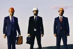 Coworking e conceito da indústria da construção Trabalhos de equipa atuais dos contramestres imagens de stock royalty free