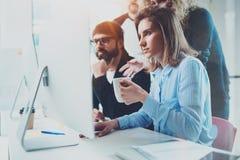 Coworking folk som möter begrepp Businessmans danandekonversation på mötesrum med partners på kontoret horisontal arkivfoton