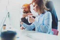 Coworking folk som möter begrepp Businessmans danandekonversation på mötesrum med partners på kontoret horisontal royaltyfria foton