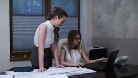 Coworking heraus berichtet sortieren glücklicher Dame des Geschäfts zwei über den Desktop stock video