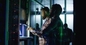 Coworking-Ingenieure, die Bergbaubauernhof-Hardware einstellen stock video