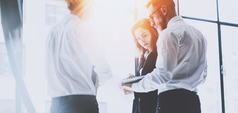 Coworking lagmöte Grupp av businessmans som arbetar med nytt startup projekt i modernt kontor Modern bärbar dator in Arkivfoton