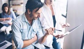 Coworking lagmöte Grupp av två businessmans som arbetar med nytt tillverka startup projekt i soligt kontor Handlagblock in arkivbild