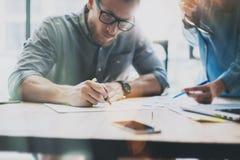 Coworking möte Föreställa den unga idérika besättningen som arbetar med nytt startup projekt Skrivbord på den wood tabellen Idé Arkivfoton