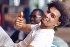 Coworking möte Startup lag som tillsammans diskuterar nytt projekt fotografering för bildbyråer