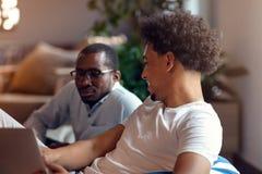 Coworking möte Startup lag som tillsammans diskuterar nytt projekt arkivbilder