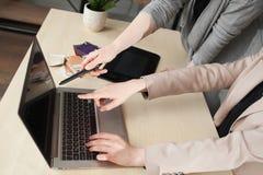 Coworking, ontwerpersgroepswerk in modern bureau royalty-vrije stock foto