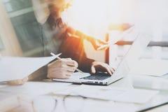 Coworking process på ett soligt kontor Två coworkers som använder datoren på det soliga kontoret Begrepp av den nya starten _ Arkivbilder