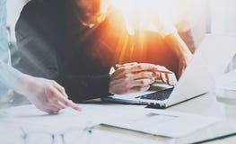 Coworking-Prozess in einem sonnigen Büro Team von den Mitarbeitern, die Computer im sonnigen Büro verwenden Frau, die auf Dokumen Stockfotos