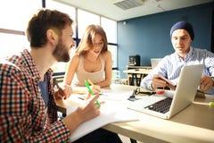 Coworking przetwarza, projektanci zespala się pracującego nowożytnego biuro Fotografia młody kreatywnie kierownik pokazuje nowego Zdjęcie Stock