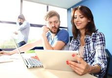 Coworking przetwarza, projektanci zespala się pracującego nowożytnego biuro Fotografia młody kreatywnie kierownik pokazuje nowego Fotografia Stock