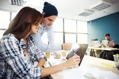 Coworking przetwarza, projektanci zespala się pracującego nowożytnego biuro Fotografia młody kreatywnie kierownik pokazuje nowego Zdjęcia Royalty Free