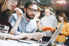Coworking-Teambrainstorming im modernen Dachbodenbüro Mannschaft, die an Startstudio arbeitet Lizenzfreies Stockbild