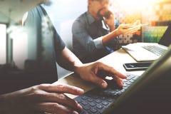 Coworking traitent, équipe d'entrepreneur travaillant dans le bureau créatif Image stock