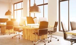 Coworkingsbureau met zonlichtkant Royalty-vrije Stock Foto
