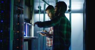 Coworkingsingenieurs die de hardware van het mijnbouwlandbouwbedrijf plaatsen stock videobeelden