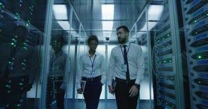 Coworkingsit specialisten in de ruimte van het gegevenscentrum stock footage