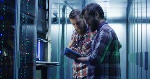 Coworkingsmensen in moderne serverruimte van datacentrum stock videobeelden