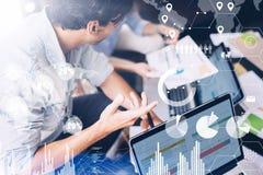Coworkingsproces in een zonnig bureau Commercieel team die grote oplossing maken bij vergaderzaal Concept digitaal diagram, grafi Royalty-vrije Stock Afbeelding