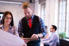 Coworkingsproces, ontwerpersteam die in modern bureau werken stock afbeelding