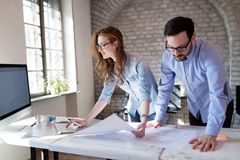 Coworkingsproces, ontwerpersteam die in modern bureau werken royalty-vrije stock foto's
