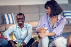 Coworkingsvergadering Startteam die nieuw project samen bespreken royalty-vrije stock afbeeldingen