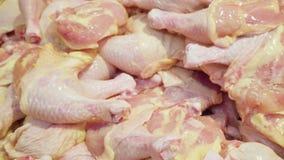 Coxa crua da pilha da galinha no supermercado filme