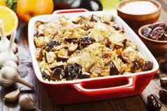 A coxa de frango cozeu com arroz, beringela e figos Imagem de Stock