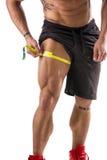 Coxa de medição do homem muscular do halterofilista com fita métrica Foto de Stock