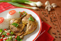 Coxas de frango com arroz branco, cogumelos e pimenta Foto de Stock