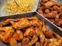 Coxas de frango grelhadas & batatas fritadas fotos de stock