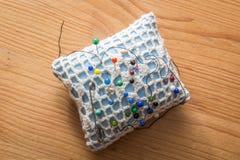 Coxim da costura com pinos coloridos Fotografia de Stock
