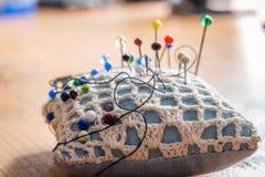 Coxim da costura com pinos coloridos Imagem de Stock Royalty Free
