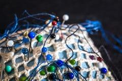 Coxim da costura com pinos coloridos Imagem de Stock