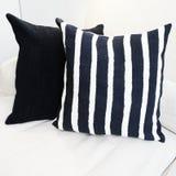 Coxim listrado em um sofá imagens de stock royalty free
