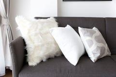 Coxim macio branco no sofá fotos de stock