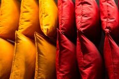 Coxins coloridos confortáveis da tela em prateleiras de loja muitos descansos na prateleira na loja fotografia de stock