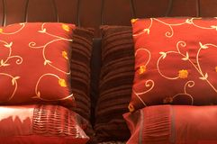 Coxins coloridos na cama Fotos de Stock