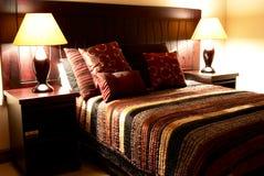 Coxins coloridos na cama Imagens de Stock Royalty Free