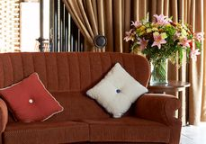 Coxins coloridos no sofá Fotos de Stock Royalty Free