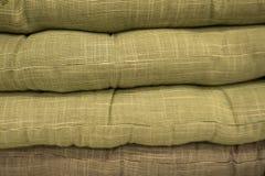 Coxins coloridos ou descansos na exposição na loja imagem de stock royalty free