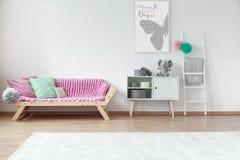 Coxins em um sofá fotografia de stock