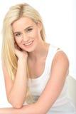 Coy Young Woman Looking Happy lindo atractivo y sonrisa relajada Foto de archivo libre de regalías